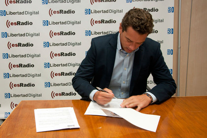 Hugo Ferrer de inBestia y Ferrer Invest Blog firmando contrado